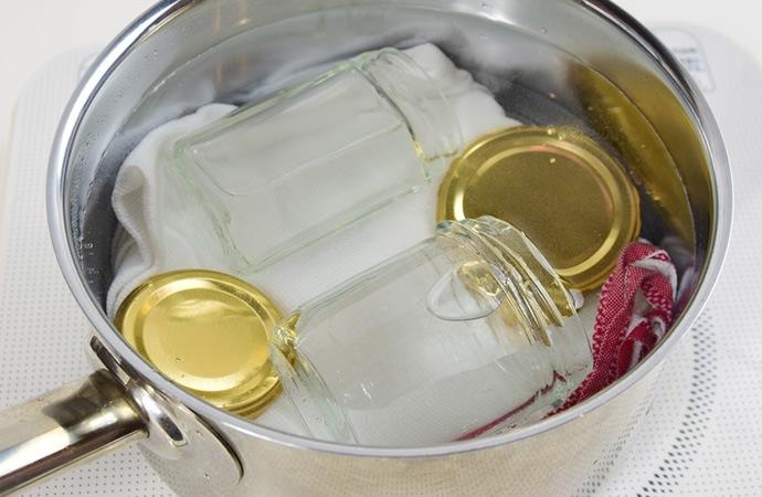 瓶と蓋を煮沸する