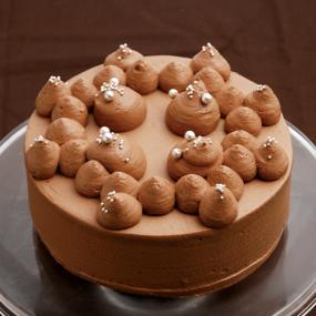 チョコレートクリームのデコレーションケーキ
